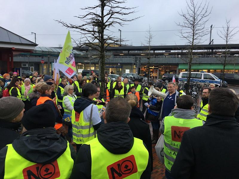 6. Janaur 2020: Die Demonstration sammelt sich auf dem Bahnhofsvorplatz in Neumünster